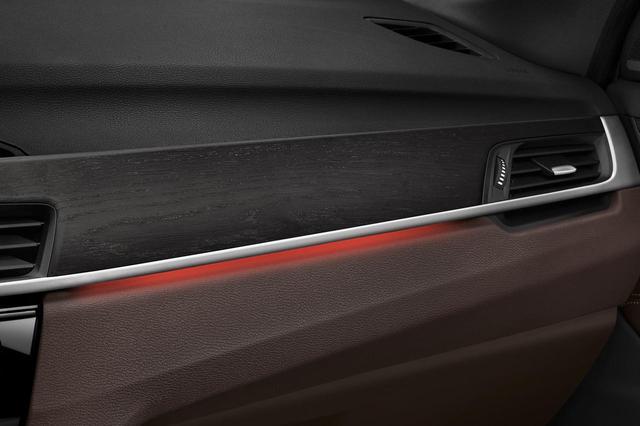 画像: X1 xDrive18d アーバニスタのインテリアトリムは、オークグレインマットウッドインテリアトリム/パールクロームハイライト。