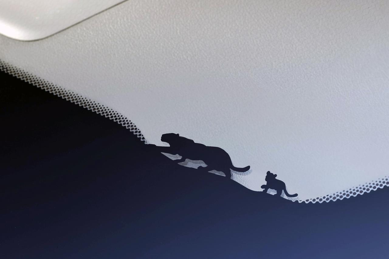 画像: フロントウインドー左下に、ジャガーの親子をモチーフにしたグラフィック。こんな遊び心のあるデザインを随所に配している。