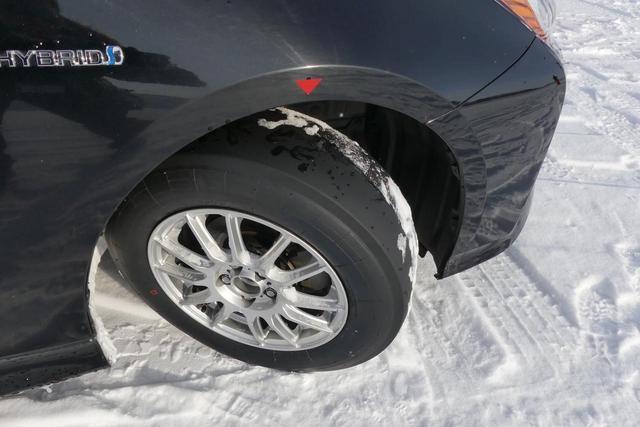 画像: 完全なるスリックタイヤ。溝がなくて本当に雪道を走れるのか!? それが走れちゃうんですね。