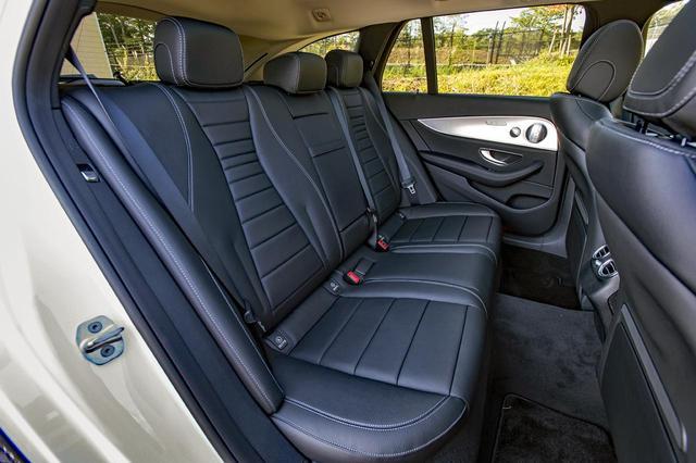 画像: おとな3人でも不満ない広さの後席もヒーター内蔵。シートバックは40:20:40の三分割可倒式だ。