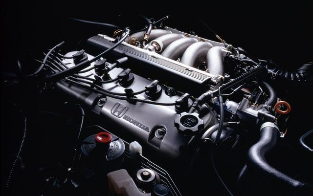 画像: 直5SOHCのG25A型エンジン。4速ATとの組み合わせで、10・15モード燃費は10.2km/Lだった。