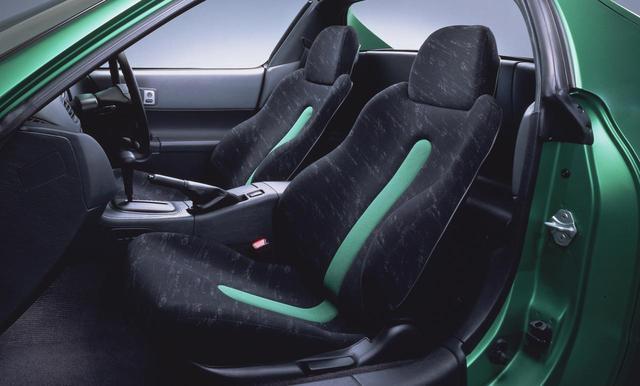 画像: シートは一体成型のバケットタイプ。ラテンカラーを採用している。