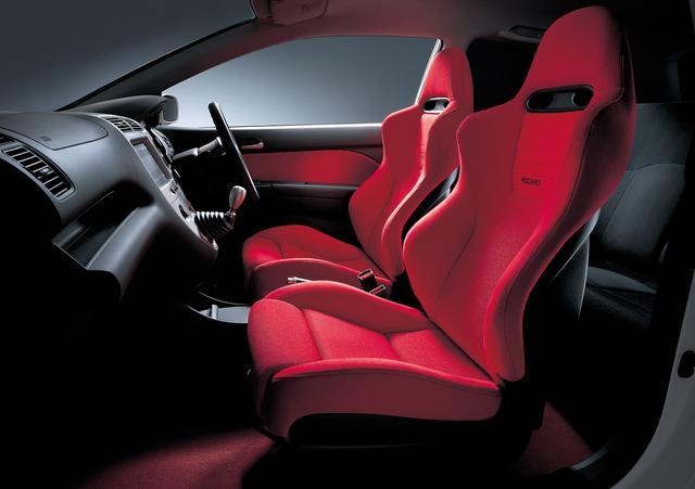 画像: サイドサポート形状や表皮をオリジナルのファブリックとしたレッドのレカロ社製バケットシートを採用。