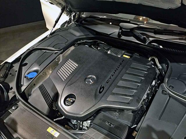 画像: ボンネットを開けても「6 CYLINDER」と書かれたカバーに覆われて、エンジン本体はほとんど見えない。
