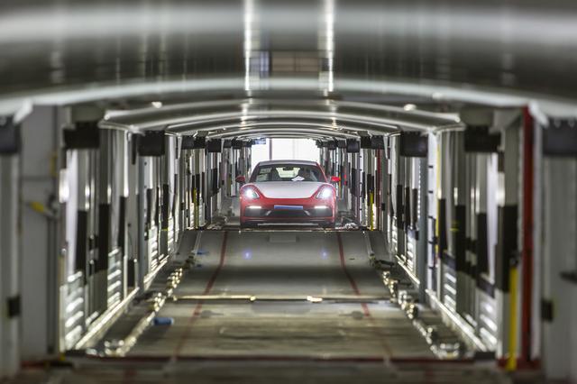 画像: 最新のポルシェ911 GT3が狭いトンネルの中を走る。路面はうねっているが・・・・・。