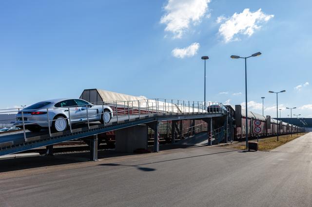 画像: これはライプツィヒで貨車に積載されるパナメーラ。