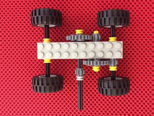 画像: レゴブロックを使ってギヤの仕組みを学ぶ。