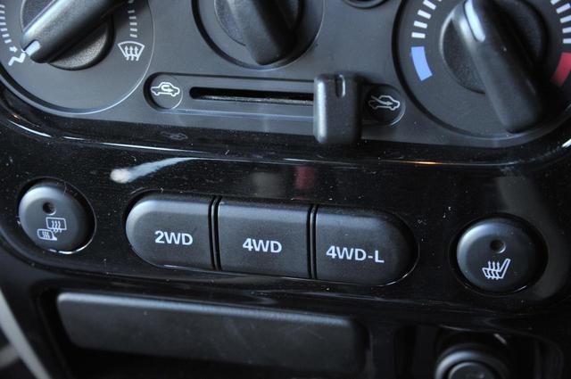 画像: 2WDから4WD/4WD-Lへの切り替えはスイッチ式。ボタンはセンターコンソールにある。