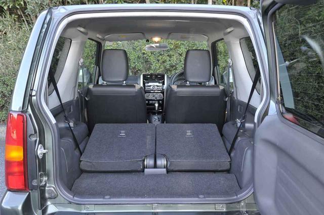 画像: 後席はワンアクションで前倒し可能。リクライニングも可能で4人乗車も苦ではない。