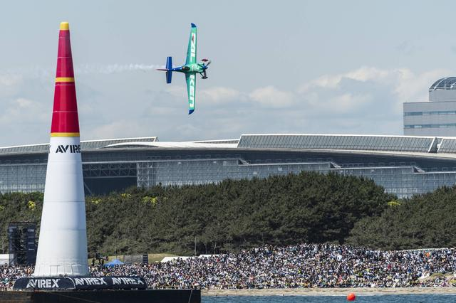 画像: 昨年の千葉大会。幕張メッセと大観衆をバックに飛行する室屋義秀選手。