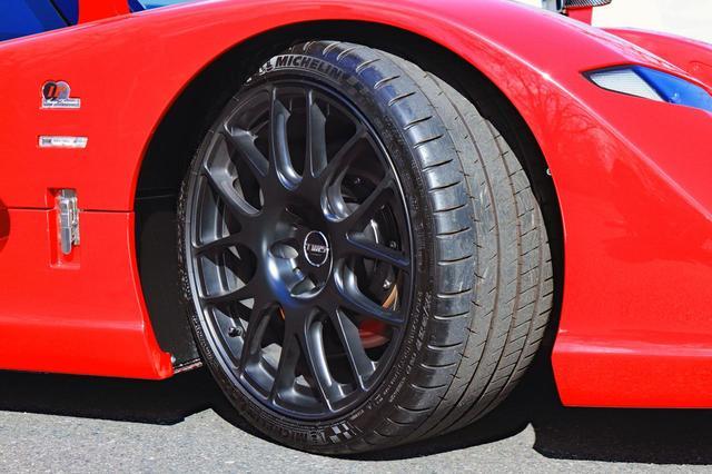 画像: タイヤは前後異径異サイズのミシュラン パイロットスーパースポーツ。ブレーキキャリパーは前6/後4ポットのAPレーシング製。
