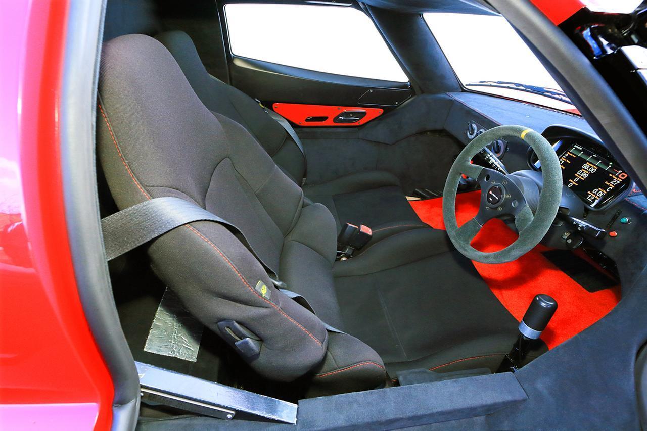 画像: シートは左右とも固定式。コクピットの空間は狭いが、フットスペースは意外と広い。シートベルトは3点式が備わる。