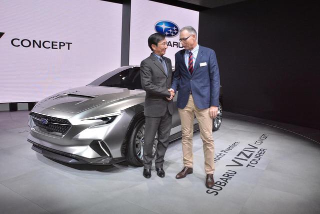 画像: チーフデザイナーの石井氏とスイス現地法人マネージャーががっちりと握手。
