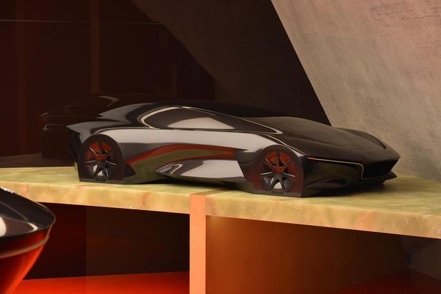 画像: コンセプトモデルの脇に置かれた、クーペ風のデザインモデル。