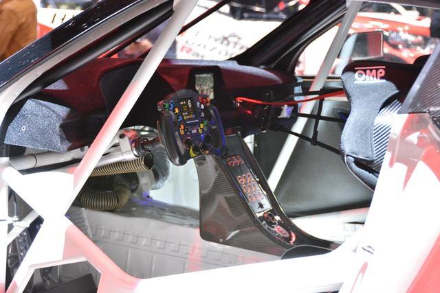 画像: スチールのボディにレース用のインパネ類が設置された室内。