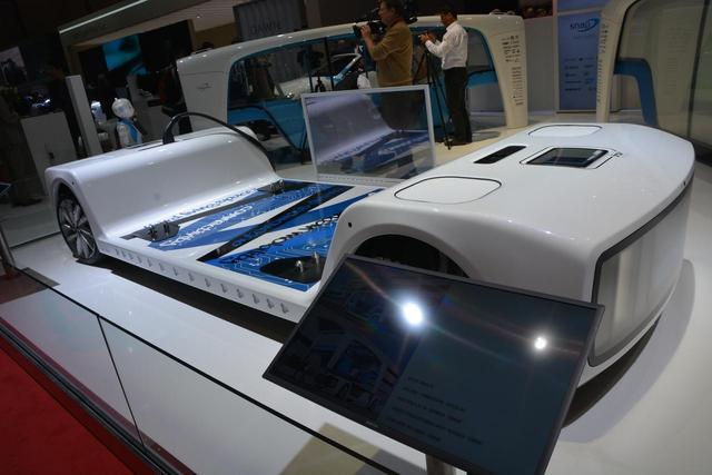 画像: モーターや電池などを備える車台部分。充電口が用意されるなど作り込みもまずまず。