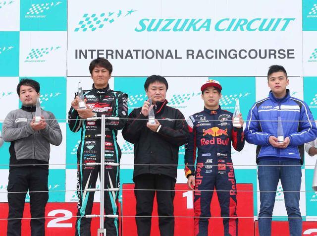 画像: 表彰盾を手にする横浜ゴム阿部義朗モータースポーツ推進室長(中央)。