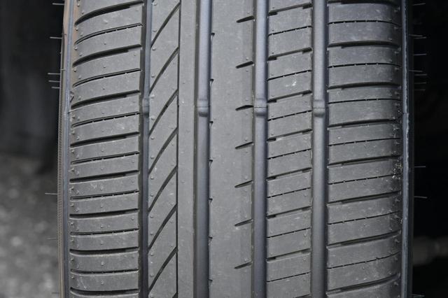 画像: 4本のストレートグルーブが排水性を高め耐ハイドロプレーニング性能を確保している。タイヤ幅175以下は3本となる。