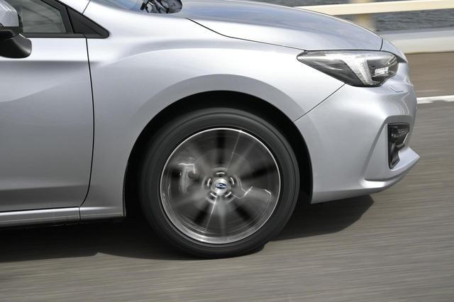画像: 高速道路では適度に締まったハンドルの手応えでちょうど良い感じ。段差乗り越えでは収まりもスッキリとしているのが特徴だ。