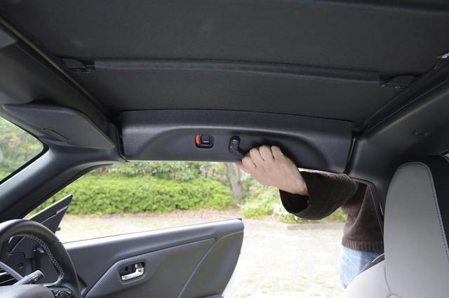 画像: 室内の運転席側/助手席側2カ所にロックボタンがあるので、それを押しレバーを下げると外れる。