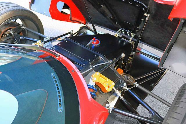 画像: フロントカウルをガバリと開けると、クラッシュボックスとエアジャッキが備わる程度でレーシングカーのよう。