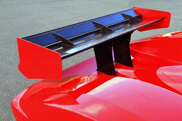 画像: レーシングカーのような巨大なリアウイングはカーボン製。高速域では、かなり効果を発揮しそうだ。