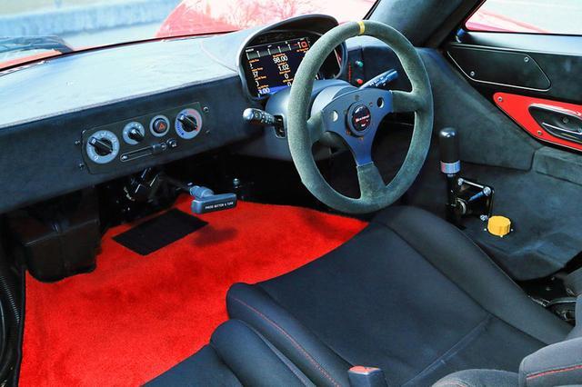 画像: コクピットはGTカー的。エアコンも備わる。シフトレバーは運転席右側にあり、パーキングブレーキはステッキ式。