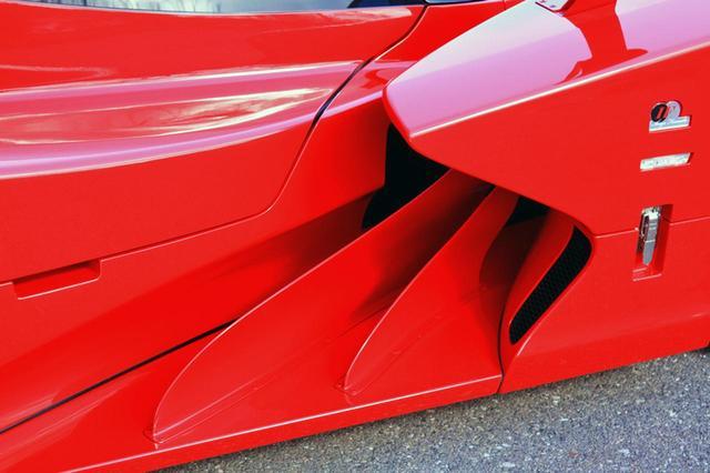 画像: フロントフェンダー後部は冷却や整流のためのフィンが備わる。レーシングカーのようで、なかなか美しい。