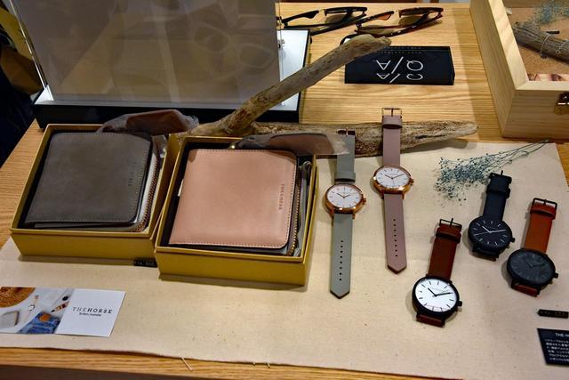 画像: 「THE HORSE」の時計や財布はオーストラリアから導入されたものだ。