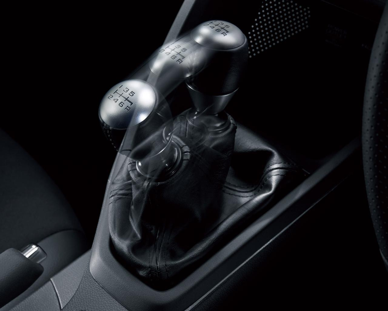 画像: 軽自動車初で唯一の6速マニュアルトランスミッションを採用。