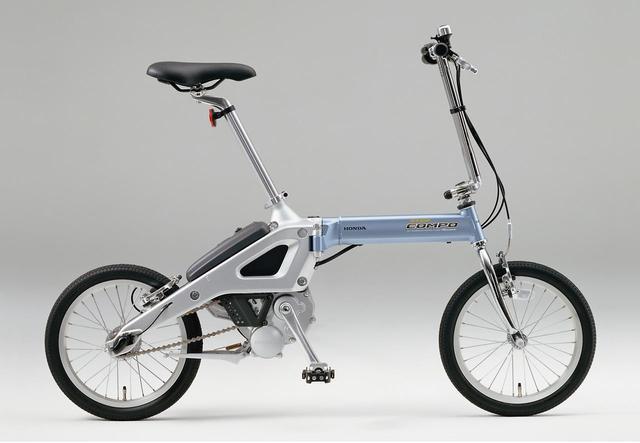 画像: ホンダらしく2輪/4輪同時開発で生まれた折りたたみ式電動アシスト自転車「ステップコンポ」。折りたたむとステップワゴンの荷室にジャストフィット搭載した。10万9000円(当時)。