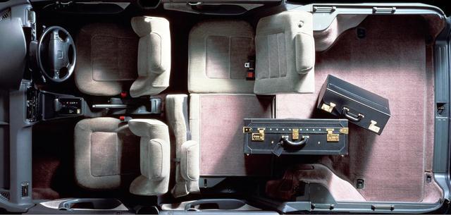 画像: リアシートは、荷物の量に応じてシートバックを別々に倒せる6:4分割可倒式タイプとし、フルフラット時には1240×1700mmのビッグなカーゴスペースを確保。