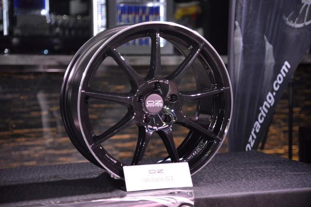 画像: リムエンドまで伸びた9本スポークがアグレッシブな視覚効果をもたらす「Veloce-GT」。 www.ozracing.com