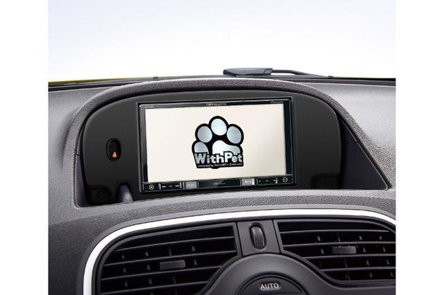 画像: カングーウィズペットのロゴが表示されるナビ。