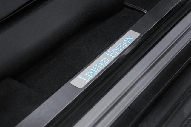 画像: LIMITED EDITIONのイルミネーテッドステップカバー。特別仕様車ならではのものだ。