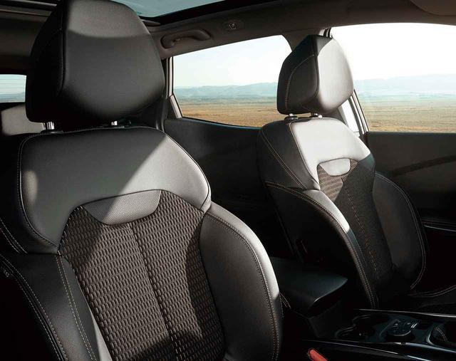 画像: 前席はシートヒーター付きのフルレザーシートをおごる。電動調整式。