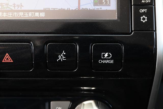 画像: なるべくバッテリーだけで静かに走行する「マナーモード」のボタン(左)。右は事前に充電しておく「チャージモード」。