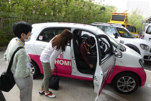 画像: 受講者に体験してもらいながらのドライビングポジション・レッスン。