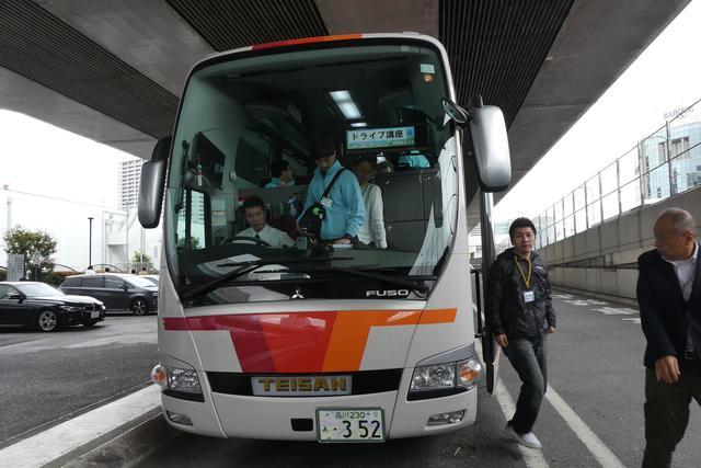 画像: 芝浦PA(パーキングエリア)で一休み。自動販売機コンビニが設置されています( http://www.shutoko-sv.jp/parking_area/pa/?id=1427360231-700875 )。