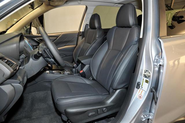 画像: 運転手と助手席の間隔は従来モデルより20mm拡大している。