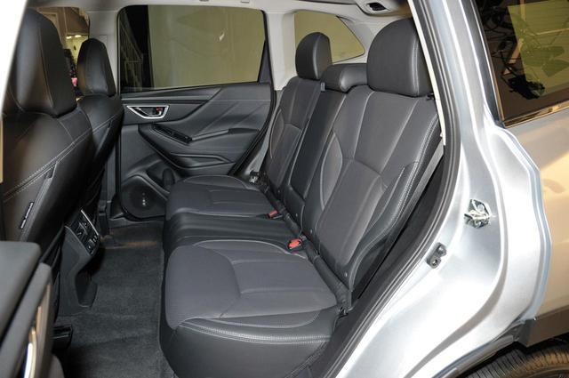 画像: 大柄な男性2人がリアシートに座っても、中央座席にはまだ大きな余裕があった。