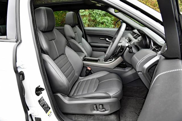 画像: サイドサポートも良いシートは上質の本革製。もちろん電動アジャストで、ヒーターも内蔵している。