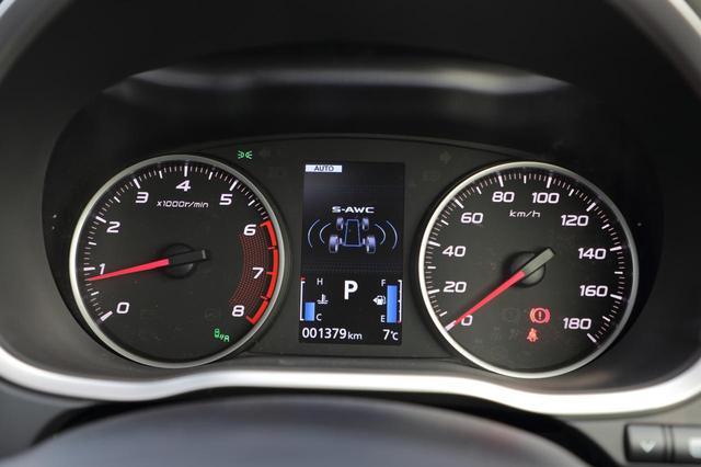 画像: 2眼タイプのメーター。中央の液晶ディスプレイにはS-AWCのインジケーター(4WDモデル)を表示。