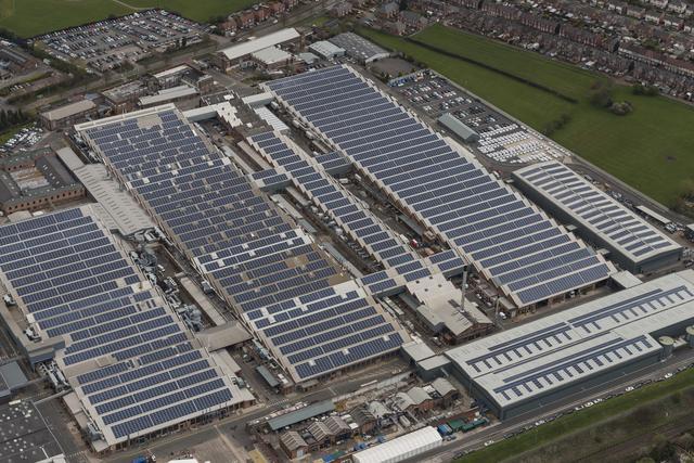 画像: こちらはすでにクルー本社工場の屋根に設置されているソーラーパネル。