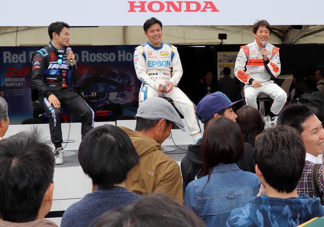 画像: レーシングドライバーのトークショーには、多くのファンが集まった。
