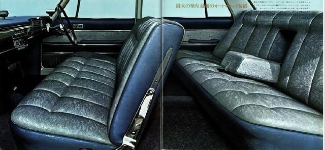 画像: 発売当初はフロントベンチタイプ固定式。後にセパレートシートや電動リクライニング付きベンチシートも登場した。