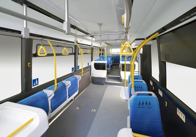 画像: 明るく広い車内。手前左側の座席は自動格納機能付き。