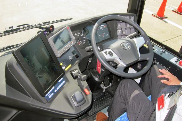 画像: 運転席まわりの形状は日野のバス「ブルーリボン」とほぼ同じだが、メーターやモニターは専用のもの。