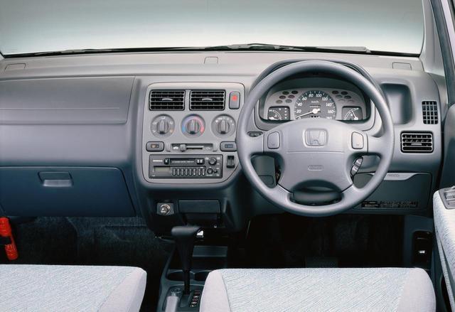 画像: キャパCタイプはシンプルなインパネ。中央に速度計を備える単眼タイプのメーター。