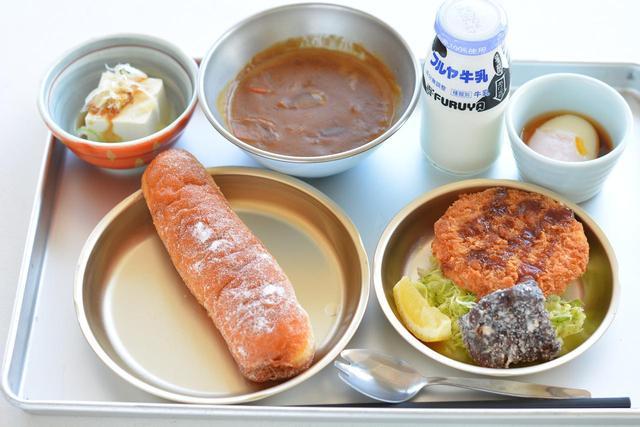 画像: 「保田小給食(850円)」平日10食、土日祝20食の限定。(揚げパンは水曜日のみ)。